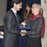 Τιμητική διάκριση στην κ. Μερόπη Παπαδοπούλου (δεξιά), δημοσιογράφο οίνου