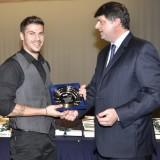 Ο κ. Άκης Πετρετζίκης (αριστερά). ένας από τους επιτυχημένους αποφοίτους, παραλαμβάνει τιμητική διάκριση για την πορεία του στη μαγειρική